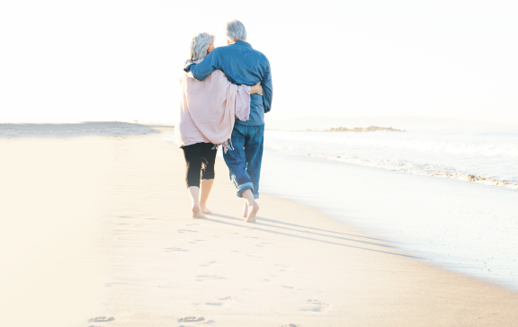 casal a passear pela praia